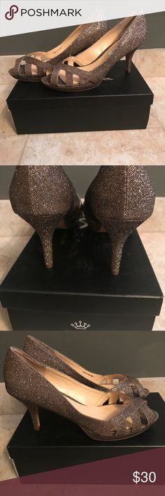 👠GORGEOUS 👠Nina Gold Heels NWT Nina brand gold-toned sparkle open-toed heels. These have just sat in my closet unworn because they are a touch too small. These are a very versatile pair of pumps and would work with ma y different looks! Nina Shoes Heels