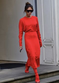 Victoria Beckham wears an all-red outfit ahead of NYFW : Lady in red: Victoria Beckham made a very bold style statement as she made a glamorous exit from her Dover Street store, London, on Thursday ahead of New York Fashion Week Victoria Beckham Outfits, Mode Victoria Beckham, Victoria Beckham Fashion, Victoria Fashion, Spice Girls, Celebrity Summer Style, Style Summer, Bold Fashion, Fashion Trends
