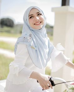 Fajar Rudin's media content and analytics Beautiful Hijab Girl, Beautiful Muslim Women, Hijabi Girl, Girl Hijab, Muslim Women Fashion, Muslim Beauty, Hijab Chic, Muslim Girls, Hijab Fashion