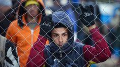 Vluchteling bij de Grieks-Macedonische grens© AFP De vluchtelingencrisis bedreigt de sociale welvaartsstaat in Europa. Als de 28 landen van de Europese Unie niet snel nauw gaan samenwerken om de i...