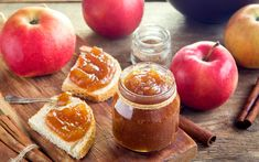 Homemade sweet apple butter with cinnamon - organic healthy vegetarian food. Fresh Apples, Spiced Apples, Chutney Recipes, Jam Recipes, Slow Cooker Apples, Slow Cooker Recipes, Apple Pie Jam, Apple Pies, Butter Recipe