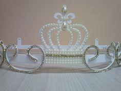 Lindo Dossel Coroa Imperial de Pérolas e Strass <br>Perfeito para deixar o quartinho da sua bebê digno de uma verdadeira princesa. <br>Disponível nas cores Branco e Dourado. <br>Acréscimo de R$20,00 na cor dourada. <br>Pérolas e Strass opcional. <br>Fabricamos também o mosquiteiro.