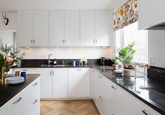 Letar du efter ett klassiskt gammaldags kök med den senaste tekniken? Då kan du sluta leta och titta närmare på vår kökslucka Bistro. Hitta din köksinspiration hos Ballingslöv!