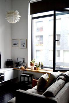 Ich mag den Tisch, der vor die Fensterbank gebaut ist.