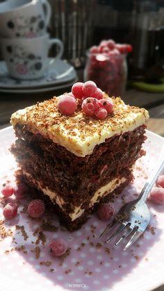 Ciasto kakaowe z kremem budyniowym kajmakiem i dżemem porzeczkowym