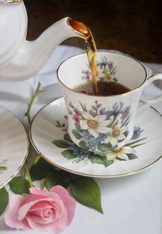 "How to Make a ""Proper"" Cup of Tea (British Tea, that is) - Christina's Cucina Afternoon Tea Scones, Baking Scones, Great British Food, English Food, English Recipes, Coffee And Books, Chocolate Pots, Tea Cakes, Tea Recipes"