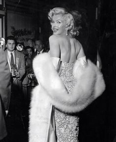 """Marilyn Monroe at the premiere of """"How To Marry A Millionaire"""", November Hippie Vintage, Look Vintage, Vintage Glamour, Old Hollywood Glamour, Vintage Hollywood, Classic Hollywood, Style Marilyn Monroe, Marilyn Monroe Photos, Joe Louis"""