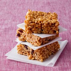 Peanut Butter Crispy Rice Treats This healthy version of crispy rice cereal bars uses brown rice cereal, natural peanut butter, honey instead of corn syrup, and dried cherries. With 2 grams of fiber per bar, you don't have to feel guilty about indulging Rice Crispy Treats, Krispie Treats, Healthy Treats, Rice Krispies, Healthy Recipes, Yummy Recipes, Healthy Rice, Eating Healthy, Healthy Foods