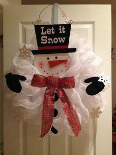 Coronas de navidad blancos con look de muñecos de nieve, sencillo y muy bonito. #ArbolesDeNavidadBlancos