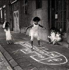 Saudades... Saudades de quando ainda podíamos brincar na rua. Correr na chuva, levar o bambolê no recreio e yo-yo no bolso. Quantos tombos de patins! E a peteca, o pião, a amarelinha e os escravos de jó? Hoje, somos escravos de uma única brincadeira: O computador. Patrícia Garbuio