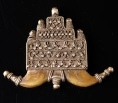 Amulet with horn - North Africa  silver, flat amulet container with stepped contours, delicate decorated with soldered silver wire, flat pieces of horn with silver tips attached at the bottom