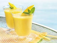 Este batido aportará suficientes prteínas para el resto del día. Tómalo en la mañana y recarga energías. Ingredientes: La mitad de un mango pelado 1 taza de yogurt 1 cucharada de proteína en polvo Cubos de hielo Preparación: Pela el mango, agrega la mitad del mango a la licuadora y la taza d…