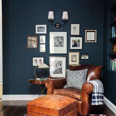 un-fauteuil-de-lecture-en-cuir-pour-le-salon-baroque-murs-bleu-foncé. My Living Room, Home And Living, Living Spaces, Small Living, Dark Blue Living Room, Dark Blue Lounge, Modern Living, Living Area, Blue Feature Wall Living Room