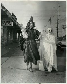 Worst Halloween Cotumes Ever?Vintage Halloween, I guess.or could be a postcard from Hell? Retro Halloween, Halloween Fotos, Vintage Halloween Photos, Halloween Pictures, Creepy Halloween, Halloween Snacks, Holidays Halloween, Halloween Stuff, Vintage Photos