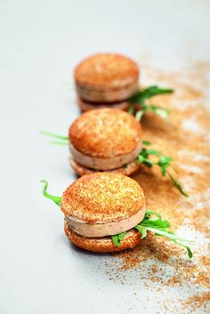Macarons with foie gras, figs and gingerbread by École de Cuisine Alain Ducasse - Valeda Doers Macarons, Vegan Dinner Party, Vol Au Vent, Fingerfood Party, Appetisers, Creative Food, Food Plating, Chefs, Gastronomia