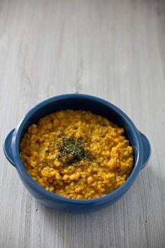 Il dahl di lenticchie è un piatto indiano molto speziato che potrete servire come zuppa o come contorno, magari per accompagnato da uno stufato di ortaggi di stagione. Nella preparazione del dahl di lenticchie non possono mancare spezie come la curcuma e lo zenzero e il mix di spezie indiane che in Italia chiamiamo curry.