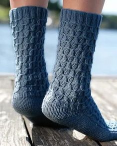 Fall always makes me feel like knitting! If the same applies to you, check out these 14 free fall knitting patterns - time to break out the double points! Get lots of great (free!) knitting ideas including these socks.