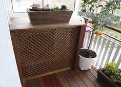 Ocultar aire acondicionado con mueble de madera exterior.