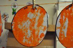 Rollen met sinaasappel door verf