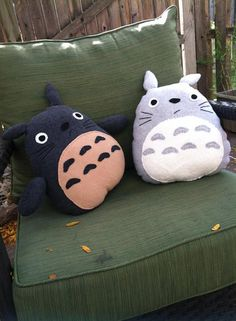 Totoro plush by on Etsy Totoro, Anime Diys, Anime Crafts, Felt Patterns, Bead Loom Patterns, Small Sewing Projects, Sewing Crafts, Geek Perler, Hello Kitty Tattoos