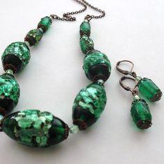 Zelená+vinutková+Souprava+z+vinutek+s+metalickou+fólií,se+zajímavou+hrubou+strukturou,doplněná+broušenými+korálky+a+měděnými+kaplíky.Obvod+náhrdelníku+je+46+cm,délka+náušnic+i+s+háčkyje+3,5+cm. Turquoise Bracelet, Bracelets, Jewelry, Fashion, Charm Bracelets, Jewellery Making, Moda, Jewerly, Bracelet