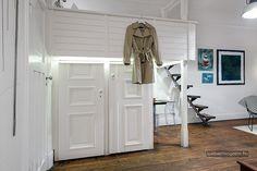 Kis egyszobás lakás berendezés ötletek - téglafal, galéria, nagy belmagasság, skandináv lakberendezés