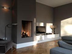 Fire place.... With lounge couch De jolies nuances de couleurs autour de cette cheminée. #peinture #parquet