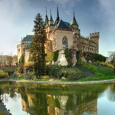 Castle – Bojnice Castle at Bojnice Slovakia Beautiful Castles, Beautiful Buildings, Beautiful Places, Castle Ruins, Medieval Castle, Photo Chateau, Castle In The Sky, Beautiful Architecture, Kirchen
