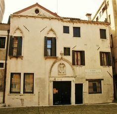 Venezia, Campo della Maddalena, particolare di palazzo Magno