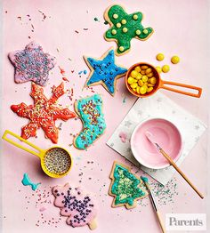 Painting the icing on makes this a #craft and #cookie baking adventure all in one! Gel food coloring really makes the color pop.