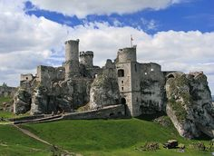 Zamek Ogrodzieniec w Podzamczu to prawdziwa perła Wyżyny Krakowsko-Częstochowskiej, wznosi się w środkowej części Jury, na najwyższym jej wzniesieniu - Górze Janowskiego, która wg najnowszych badań ma wysokość 516 m n