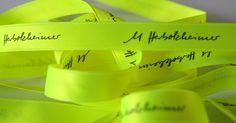 gelbes Neonband mit schwarzem Logodruck Neon, Neon Tetra
