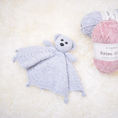 The cutest and softest cuddle cloth with a teddy bear. Crocheted in Bohéme Velvet Fine from Go Handmade which is an incredibly soft, premium velour yarn. Knit Or Crochet, Crochet Toys, Crochet Animals, Crochet Baby, Free Crochet, Baby Patterns, Knitting Patterns, Crochet Patterns, Blanket Patterns