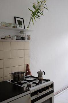 hell m blierte k che mit wei gestrichenen holzdielen. Black Bedroom Furniture Sets. Home Design Ideas