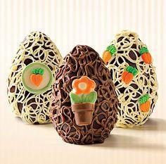 Ovo de chocolate ao leite, decorado com chocolate branco ou na cor café com leite, figuras de açúcar ou chocolate colorido e recheado com ovinhos mignons.