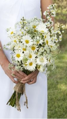 daisy bouquet wrapped in burlap--could do some blue ribbon, too