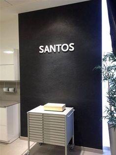 Paret per marca SANTOS amb panell flexible LISA.