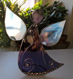 Stained glass angel tiffany andel stojici s ametystem