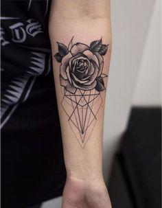 tattoo arm frau, rose mit geometrischen figuren am unterarm