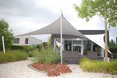Design zonwering Onder architectuur aangelegde tuin. Verhoogd terras moest worden voorzien van passende zonwering.