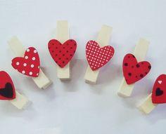 Mini Pregador Coração.  Pregador e coração em MDF.  Mola em Metal.  Usado para fechar lembrancinhas e cartão.  Embalagem com 6 unidades....