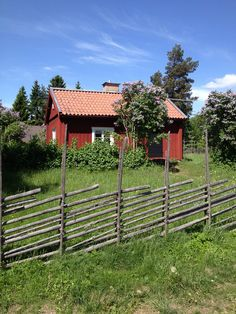 Swedish fence-oh how I'd love this! I made this on the northwest corner of our lane. Backyard Gates, Garden Gates, Swedish Cottage, Sweden House, Red Houses, Farm Plans, Garden Whimsy, Garden Structures, Scandinavian Home
