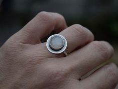 Meer handgemaakte sieraden bezoek onze winkel op: http://www.etsy.com/shop/silverstro ---------------------------------------------------------------------------------------- ✿This ring is handgemaakt van kras door mij. ✿Beautifully enkelvoudige ring met een echte Afrikaanse Moonstone.