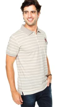 Camisa Polo Rock&Soda Aplique Listrada, com listras off-white e marrom, bordado frontal e fechamento por botão. Possui punho e aplique nas mangas curtas.Confeccionada em tecido 100% algodão.Medida: Ombro: 14cm Manga: 20cm Tórax: 110cm Comprimento: 72cm Tamanho: MMedidas do Modelo: Altura: 1,80m / Tórax: 99cm / Manequim: 38.