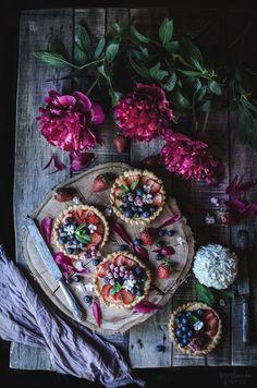 Revelando Sabores: Tartaletas de almendra y frutos rojos Dark Food Photography, Flat Lay Photography, Sweets Photography, Food Styling, Rustic Cake, Aesthetic Food, Food Design, Food Pictures, Food Art