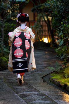 Maiko from Ninben Okiya entering Masuume Ochaya 桝梅, Gion Kobu  (via 久しぶりに撮影のバイトで呼… - 写真共有サイト「フォト蔵」|Onihide)