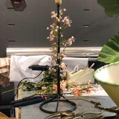 Transformation d'un pied de lampe avec des fleurs et feuillages artificiels Boutique Esprit, Aquarium, Tree Floor Lamp, Flowers, Goldfish Bowl, Aquarius, Fish Tank