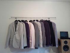 低コストで省スペースな洋服ハンガーを実現するために、IKEAのカーテンレールを壁に取り付けられています。こちらもすぐにでも真似したいアイデアですね。