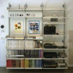 セミ・ウォールマウント式のシェルビング・システムに収納されているのは、レコードのコレクションとディーター・ラムスがデザインしたブラウンのオーディオ機器。向かって左、上から2段目の棚板は、通常とは異なる向きに取り付けてディスプレイ用に。