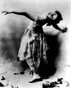 Isadora Duncan helped free ballet from its conservative restrictions through her teaching and performances and presaged the development of modern expressive dance. She was among the first to raise interpretive dance to the status of creative art. Isadora Duncan, Belle Epoque, Ballerine Vintage, Dance Like No One Is Watching, Alvin Ailey, Evil Clowns, Modern Dance, Contemporary Dance, Divas